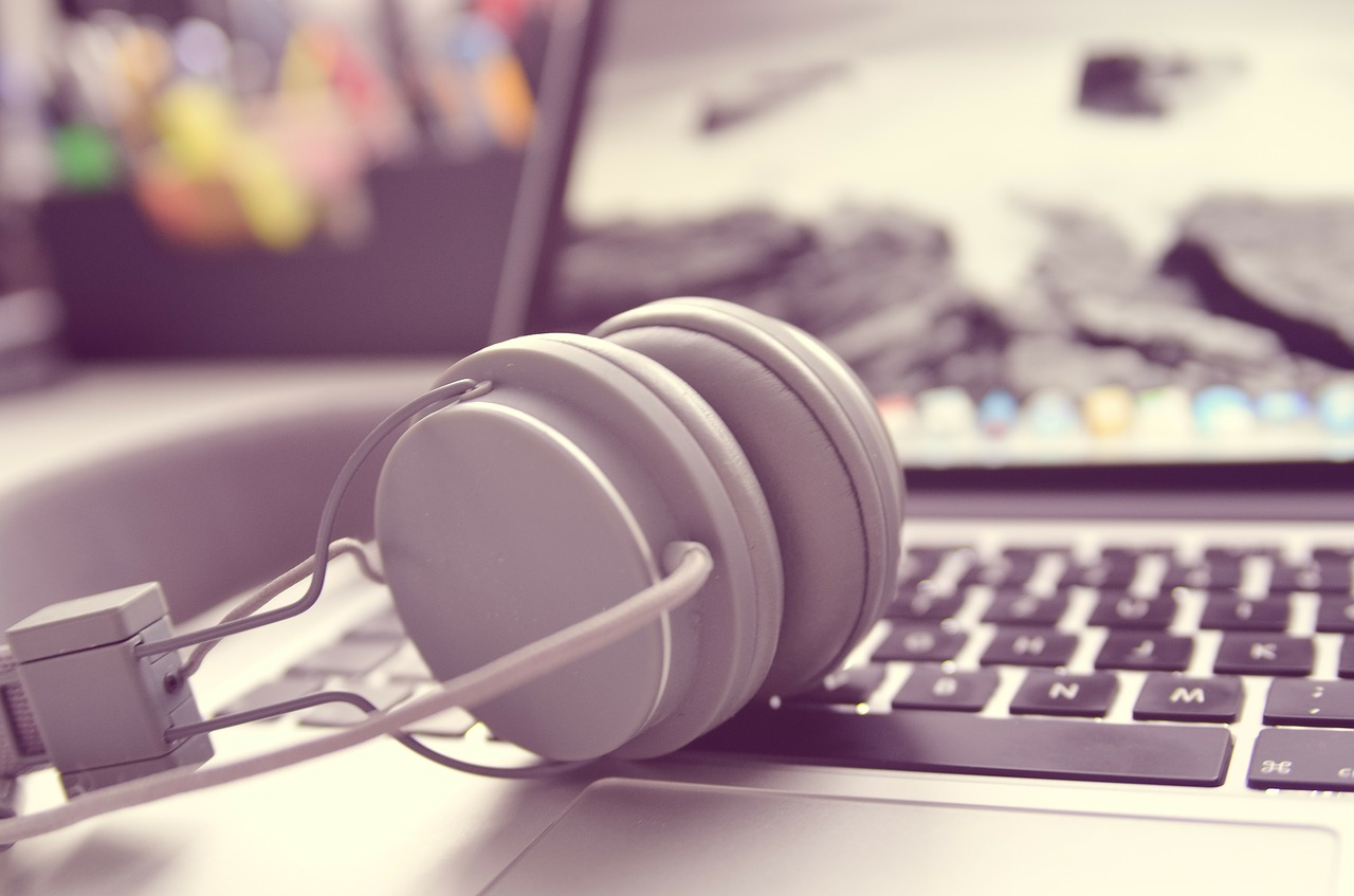 Headphone dan laptop. Sumber: Pixabay